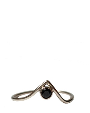 14k White Gold Black Spinel Pointer Ring